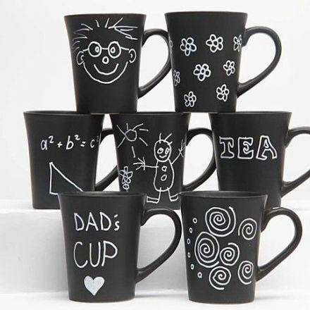 Zwarte mokken gedecoreerd met witte glas- en porseleinstiften