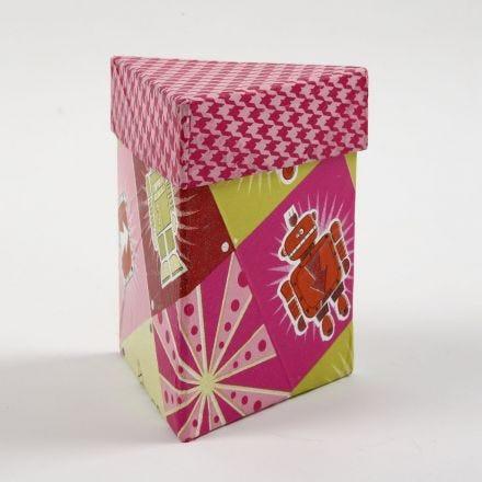 Een driehoekige doos met deksel bedekt met decoupage papier