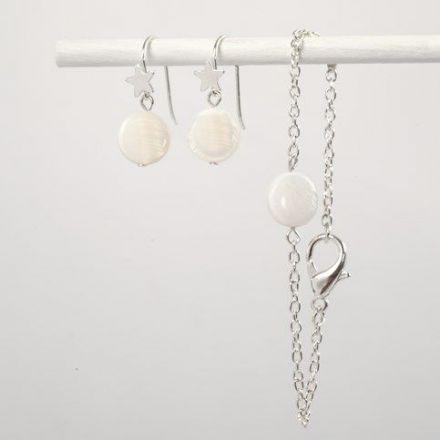 Oorbellen en een armband van parelmoerkralen