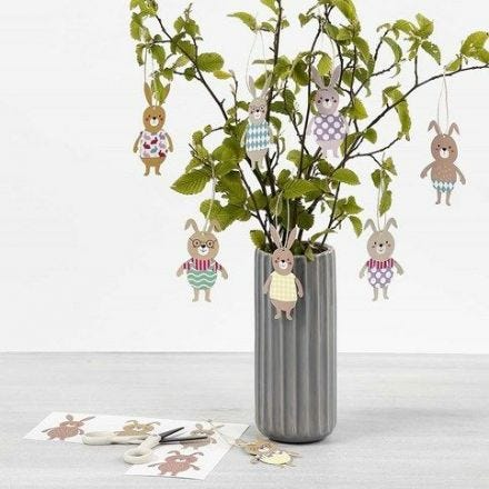 Hangende paashaas decoraties met kleren gemaakt van karton met patroon
