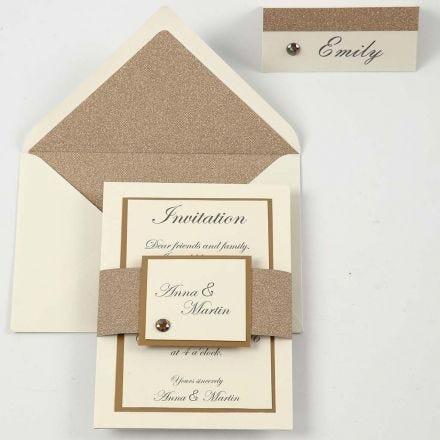 Een off-white en koperen uitnodiging en naamkaart
