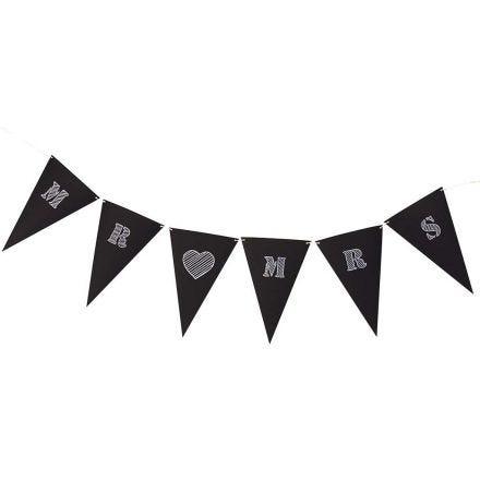 Slinger gemaakt van zwarte kartonnen vlaggen met witte tekst