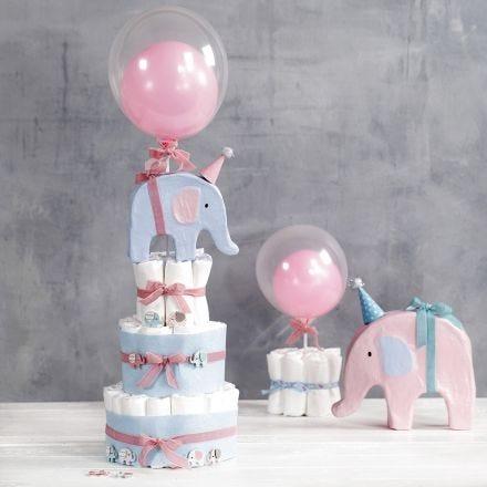Een taart van luiers, gedecoreerd met olifanten en ballonnen
