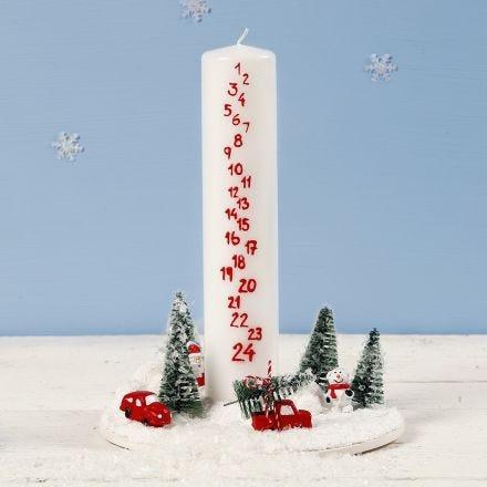 Miniatuur kerstwereld met adventkaars