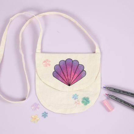 Handtas met een ontwerp van schelpen versierd met textielstiften
