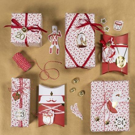 Kerstcadeau gedecoreerd met notenkrakerstickers