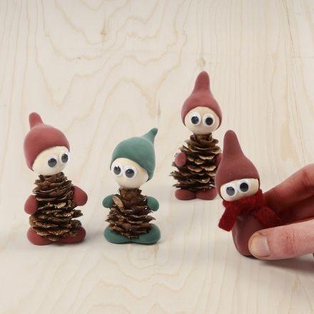 Kabouters gemaakt van dennenappels en Silk Clay