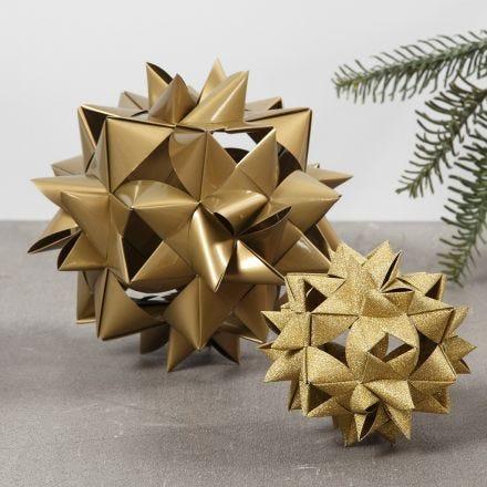 Een grote geweven ster gemaakt van 24 papieren vlechtstroken