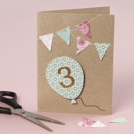 Verjaardagskaart met erop genaaide details