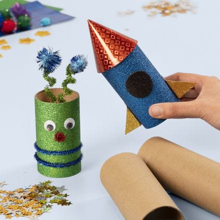Ruimteraket en Alien van kartonnen kokers versierd met knutselmateriaal