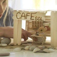 Een café inclusief interieur gemaakt van ijsstokjes