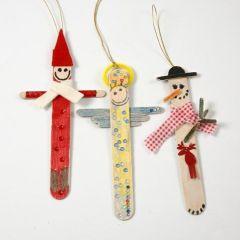 Kerstdecoraties gemaakt van ijsstokjes