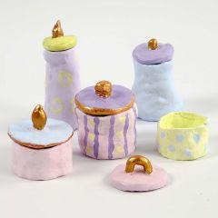 Potten en deksels van klei, geverfd in pastelkleuren en goud