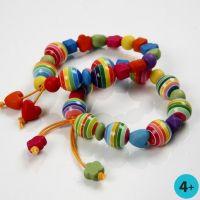 Een vrolijk gekleurde armband van plastic kralen