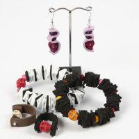 Een armband, ring en oorbellen van foam vellen