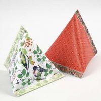Een piramidevormig geschenkdoosje van Design papier