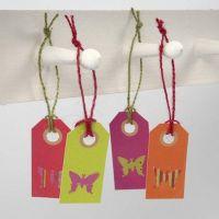 Labels met uitgeponste vlinders van design papier