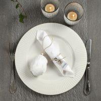 Een Paastafel gedekt in wit en naturel