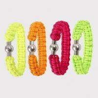 Gevlochten armband gemaakt van neonkleurig macramé koord