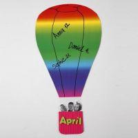 Een luchtballon van regenboogkarton