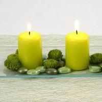 Lime green tafeldecoratie met kaarsen en glass gems