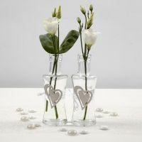 Glazen vaas met een houten hart en band van satijnlint