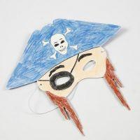 Een kartonnen masker gedecoreerd met kleurpotloden