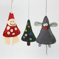 Hangende kerstdecoraties van vilt met vulling