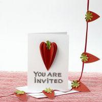 Een uitnodiging gedecoreerd met 3D aardbeien van structuurpapier