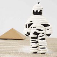 Een mummie van een stoffen pop ingewikkeld met Silk Clay