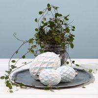 Een bal met een harlekijn patroon, geverfd met een sponsstokje