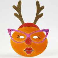 Een geverfd en gedecoreerd masker voor kerst