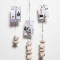 Een mobiel gemaakt van bloemdraad en magneten voor foto's