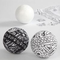 Een bal gedecoreerd met bandana stof