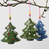 Kerstboom met decoupage en decoraties