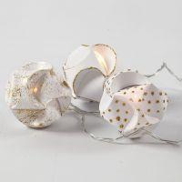 Met glitterlijm gedecoreerde click ballen met lichtjes
