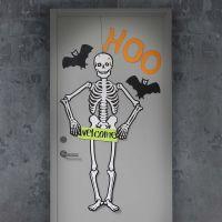 Een skelet en vleermuizen op de voordeur voor Halloween