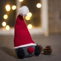 Gehaakte kerstkabouter met grote puntmuts