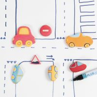 Auto's en verkeersborden van zelfdrogende klei