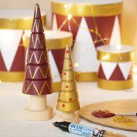 Houten kerstbomen gedecoreerd met Plus Color