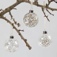 Glazen kerstbal gedecoreert met lijmpen en embossingpoeder