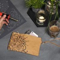 Faux Leather papier clutch gedecoreerd door houtbranden