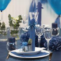 Donkerblauw op tafel