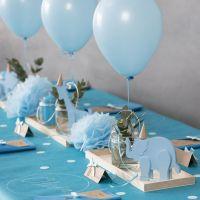Decoraties voor een doop met houten dieren, gevouwen servetten, menukaarten, Pom-poms en heliumballonnen