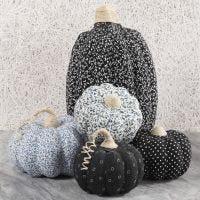 Pompoenen van papier-mache gedecoreerd met textiel decoupage