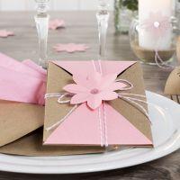 Uitnodiging met katoenkoord en geponste bloemen