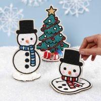 Decoratieve houten sneeuwmannen en een kerstboom gevuld met Foam Clay