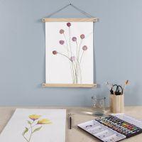 Paarse bloem geverfd met aquarelverf en opgehangen met poster hangers