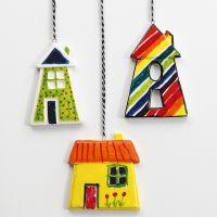 Kleurrijke porseleinen huizen om te hangen