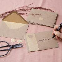 Enveloppen van recyclede papier gedecoreerd met goud folie
